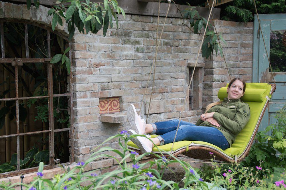 Die Kollegin von www.heldenderfreizeit.com gönnt sich eine wohlverdiente Pause in der Hängematte