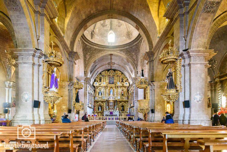 Der Altar in der Basilika San Francisco