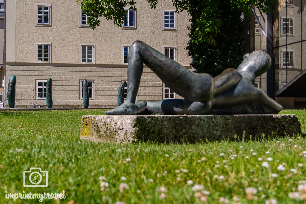 Moderne Kunst in Salzburg: Die Gurken von Erwin Wurm